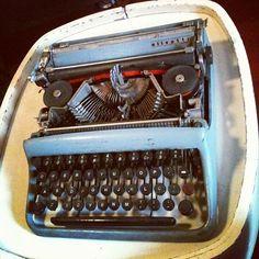 Máquina de escrever italiana #Olivetti Studio 46, original de #1974. Ícone do design europeu (R$ 200). Também enviamos por correio (lojacaos584@gmail.com). (at Caos)