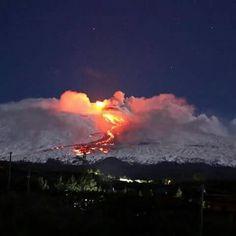 Neve e lava meraviglie della natura Etna in eruzione #neve #lava
