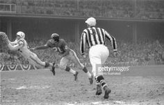 Baltimore Colts receiver Raymond Berry makes a diving catch against the New York Giants in the 1958 NFL Championship Game. Giants Football, School Football, Football Players, Baltimore Colts, Indianapolis Colts, Football Pictures, Sports Photos, Nfl Championships, Championship Game