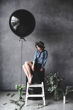 A female model posing by a large black balloon in a photography studio- photography internships studio Photography Internships (How to Get One and What to Expect) Dslr Photography Tips, Fashion Photography Poses, Portrait Photography, Photography Business, Wedding Photography, Photography Studio Decor, Female Photography, Modeling Photography, Photo Shoot