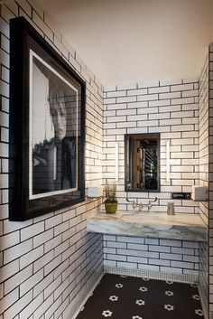 Love the of use of metro/subway tiles, and the monochrome colour scheme in this bathroom