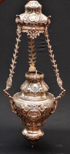 Belíssimo lampadário em prata Brasileira, medindo 84 cm de altura e 28 cm de diâmetro no bojo.