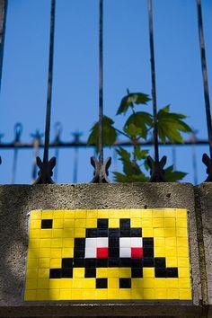 Space Invader à Paris by yoyolabellut (un oeil qui traîne), via Flickr