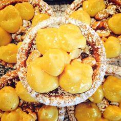 Crostatine al caramello con anacardi salati per merenda. Gusto, Roma.