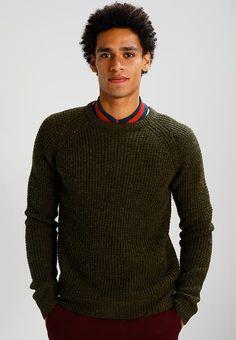 Kleding Suit IRON - Trui - dark green Olijf: € 69,95 Bij Zalando (op 23-9-17). Gratis bezorging & retour, snelle levering en veilig betalen! Stylish Mens Outfits, Stylish Clothes, Men Sweater, Pullover, Suits, Sweaters, Fashion, Moda, Fashion Styles