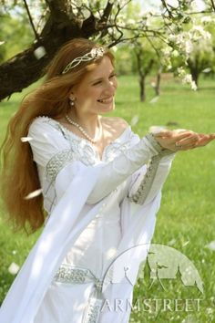 SALE White Medieval Wedding Dress Isolde por armstreet en Etsy, $573.00