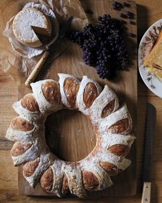 Bread Wreath Recipe - A circular loaf mimics the look of the corn-husk wreath -- and a clever cutting technique creates radiant sections Thanksgiving Recipes, Fall Recipes, Holiday Recipes, Thanksgiving Table, Pan Relleno, Bread Rolls, Rye Bread, Artisan Bread, Bagels