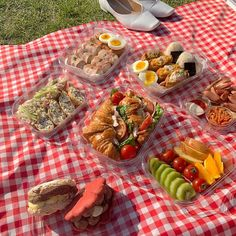 find me: ! Picnic Date Food, Beach Picnic Foods, Healthy Picnic Foods, Comida Picnic, Picnic Birthday, Date Recipes, Good Food, Yummy Food, Think Food