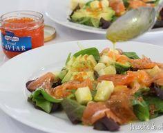 Ensalada de salmón, aguacate y manzana con vinagreta de mostaza a la miel