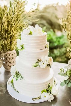 Floral Wedding Cakes 18 Simple White Wedding Cakes Ideas for Your 2018 Wedding Textured Wedding Cakes, Wedding Cake Fresh Flowers, Floral Wedding Cakes, White Wedding Cakes, Elegant Wedding Cakes, Wedding Cake Designs, Wedding Cake Toppers, Wedding White, Cake Wedding