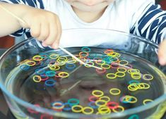 7 simple activities to enhance the development of the simples actividades para potenciar el desarrollo de la motricidad fina – Elige… 7 simple activities to enhance the development of fine motor skills – Choose Educate - Fine Motor Activities For Kids, Motor Skills Activities, Toddler Learning Activities, Montessori Activities, Infant Activities, Fine Motor Skills, Fun Activities, Kids Learning, Toddler Fun
