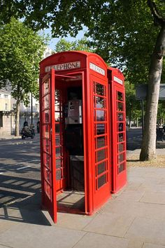 how to make a phone booth from a cardboard box. only the coolest DIY I've ever seen. Large Cardboard Boxes, Cardboard Houses, Cardboard Crafts, London Telephone Booth, Clipart Black And White, Black White, Diy Electronics, Phone Photography, Landline Phone
