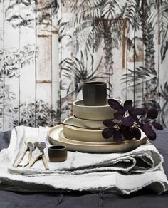 Linnen tafelkleed en aardewerk servies | Linen tablecloth and ceramic crockery | vtwonen 11-2017 | Fotografie Stan Koolen | Styling Marianne Luning