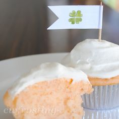 Diet Creamsicle Cupcakes | 3 ingredients: white cake mix, can of orange soda, and frost with Cool Whip