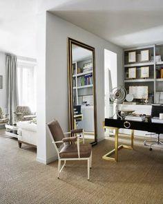 Escritorio dorado y negro, espejo enorme dorado y negro, estanteria con paneles movibles y minipizarras para apuntar ideas: genial!