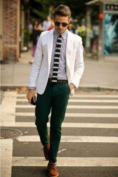 Comprar ropa de este look: https://lookastic.es/moda-hombre/looks/blazer-camisa-de-vestir-pantalon-chino-zapatos-derby-corbata-correa/137 — Blazer de Algodón Blanco — Camisa de Vestir de Cuadro Vichy Blanca y Negra — Corbata de Rayas Horizontales Negra y Blanca — Pantalón Chino Verde Oscuro — Zapatos Derby de Ante Marrónes — Correa de Cuero Marrón Oscuro