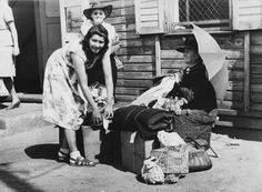 Jews returning from exil in Shanghai (China) to Berlin, August 1947: The first people returning at the Görlitzer Station, on the ARGUS-site (middle: actress Eva Baruch).  Photo, 21.8.1947 (Abraham Pisarek).