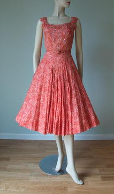 Adele Simpson Cotton Gauze Summer Dress / Floral Sequin Design / Red and Pink / Cotton Dress / New Look / Belted / Small Hoco Dresses, Modest Dresses, Modest Outfits, Homecoming Dresses, Dresses For Work, Modest Clothing, Vintage Summer Dresses, Vintage 1950s Dresses, Spring Dresses