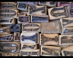TIPOS MÓVEIS - coleção com tipos móveis antigos, com base em madeira e letras/ números em latão ou cobre.