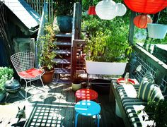 I love this mini patio, specially the bench