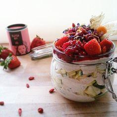 Photo Credit: @foodblogger_sport_aholic  Guuuuuuuten Morgen ihr Schnubbis Ihr seit ja alle der WAHNSINNnnnnnnn meinem Bild gestern soviele Likes zu verpassen  dankeeeeeeeee!!! Ich habe mir heute mal mein Frühstück in ein Glas gepackt  denn ich weiß nicht  ob ich es schaffe und so nehme ich den Rest mit (denn das sind  auch wenn es nicht so aussieht 500g Quark1 ganze Zucchini etc) Und jetzt starten wir schon wieder in eine neue Woche! Wie schnell die Zeit vergeht ...ich hoffe aber  ihr hattet…