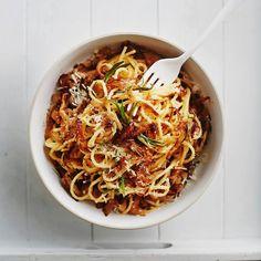 Tässä on uusi bravuuripastasi: sipulicarbonara! Veggie Dishes, Pasta Dishes, Side Dishes, Vegan Recipes, Cooking Recipes, Vegan Food, Risotto, Spaghetti, Good Food