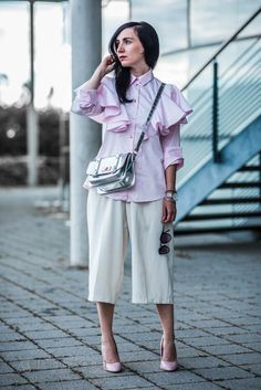 Outfit mit rosa Volant Bluse, weißer Culotte und silberner Tasche | OOTD | Outfit of the day | Outfitinspiration | Julies Dresscode - Fashion Blog | https://juliesdresscode.de