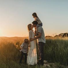 Follower: 9,485, seguiti: 1,080, post: 1,355 - Guarda le foto e i video di Instagram di Danielle Navratil Photography (@daniellenavratilphotography) Summer Family Pictures, Cute Family Photos, Outdoor Family Photos, Family Picture Poses, Family Picture Outfits, Family Photo Sessions, Family Posing, Family Portraits, Family Field Pictures