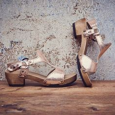 Wir starten mit unserem Modell JULIA Shiny Cachmire  in roségold in den Montag und wünschen Euch allen einen sonnigen Beginn einer erfolgreichen Woche! #summer #softclox #münchen #Julia #rosegold #clogs #clogshoes