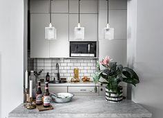 yay or nay: zwart-wit-grijze keuken met fleurig behang