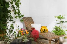 Summer flower bouquets on an out door lounge-chair | Arreglos de flores de verano en una silla