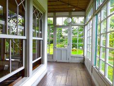 1907年(明治40年)に、 アメリカ人宣教師が建てたという、マッケーレブ邸。 .    説明のパンフレットによると、 この前年に、 子供が学齢期を迎えたことにより、家族は帰国してしまい、 マッケーレブは、その後、34年間、 単身ここで暮らしたのだそうです。 .    大変質素な暮らしをしていたそうで、 畑仕事から外壁のペンキ塗り、暖炉の薪割りまで、 すべて一人でこなしていたのだそうです。 .    家の方も、同じように、とても簡素なものですが、 南側の庭に面...