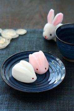 Snow rabbit, marshmallow, Japanese sweets, Hakata Fukuoka by Evil Lily Japanese Sweets, Japanese Wagashi, Japanese Food, Mochi, Desserts Japonais, Cute Food, Yummy Food, Kawaii Dessert, Aesthetic Food