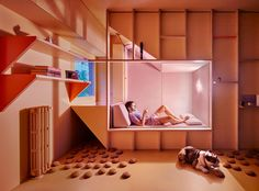Spanish studio Husos Arquitectos has designed a apartment in Madrid for a young doctor and his bulldog Albóndiga ('Meatball'). Madrid Apartment, Apartment Design, Hot House, Tiny House, Sleeping Pods, Tiny Studio Apartments, Small Spaces, Villa, White Walls