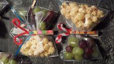 gezonde traktatie: ziplock zakje half vullen met popcorn, knijper erop, tweede helft vullen met druiven