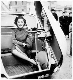 Lauren Bacall alla guida della sua Isetta / E. Preti / 1953 / produzione Iso
