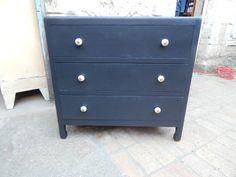 Commode ancienne peinte en gris foncé Dimensions : L 85 x H 80 x P 44 Hauteur intérier des tiroirs : 15 cm Prix : 160 euros