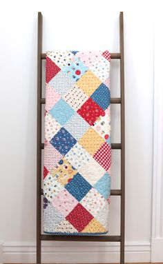 Sewing Quilts Patchwork On Point Quilt Tutorial - How to make a patchwork quilt where the squares are set 'on point' (or on the diagonal). Includes step by step instructions for this crib quilt. Quilting Tutorials, Quilting Projects, Quilting Designs, Quilting Ideas, Art Quilting, Patchwork Quilt Patterns, Quilt Patterns Free, Patchwork Bags, Charm Pack Quilts