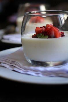 Com uma pitada de açúcar...: Mousse de Chocolate Branco e Limão Siciliano com Caldinha de Vinho do Porto e Blueberry