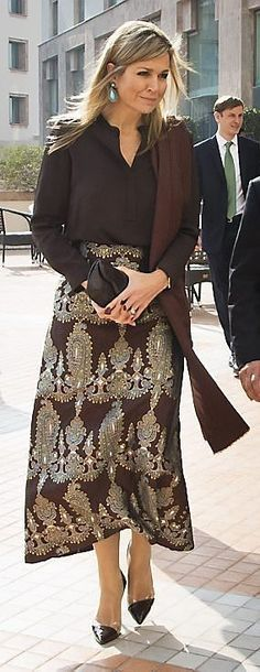 Queen Maxima of the Netherlands at a meeting with the UNDP and international partner organizations at the Serena hotel in Islamabad, Pakistan Queen Of Netherlands, Queen Maxima, Royal Fashion, Office Outfits, Indian Outfits, Dress To Impress, Serena Hotel, Street Style, Islamabad Pakistan