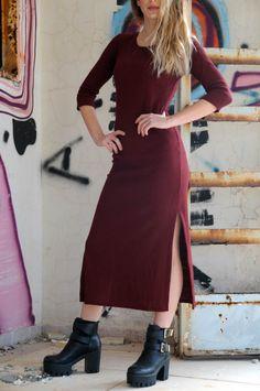 Burgundy Ribbed Midi Dress Μπορντό midi φόρεμα με σκισίματα στο πλάι. One size. Από 2̶5̶,̶0̶0̶ ̶€̶ τώρα μόνο 19,90 €
