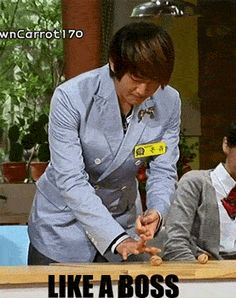 Onew~.. whoo crackin walnuts with his finger..daebak!!