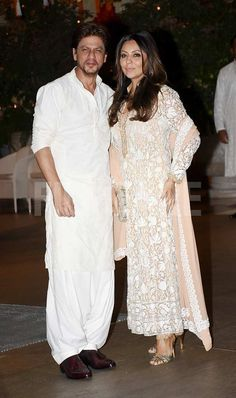 Gauri and Shah Rukh Khan at Ambani's Ganesh Chaturthi celebration Bollywood Outfits, Bollywood Fashion, Bollywood Couples, Bollywood Wedding, Vintage Bollywood, Muslim Men Clothing, Pathani Kurta, Gents Kurta Design, Baby Girl Party Dresses