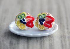 Yummy realista buscando frutas tarta pendientes hechos a mano mediante el uso de arcilla polimérica. Primero hacer la tarta base usando un cortador, luego forma la arcilla como una tarta. Color y finalmente cubrir con las rodajas de fruta. ** Cada pieza se verá ligeramente diferente. ** La placa no está incluida.  ► indicar que tarta de frutas como: 1) fresa / kiwi / limón / arándano 2) limón / kiwi / plátano / arándano 3) fresa / kiwi / plátano / ...