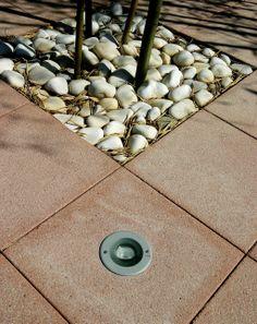 Diseño de plaza compuesta de baldosa granallada de hormigón con luz insertada y piedras de canto rodado de mármol blanco. #pavimento #suelo #floor #jardin #iluminacion