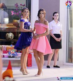Lovely Demet Ozdemir in Strawberry smell TV Series Turkish Fashion, Turkish Beauty, Fashion Drawing Dresses, Fashion Dresses, Sexy Dresses, Prom Dresses, Formal Dresses, Tv Show Outfits, Fashion Pictures