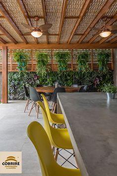 O verde é tranquilidade, e a madeira trás nobreza. Pergolado e painel de madeira com forro de bambu. Privacy Fence Designs, Pergola Designs, Wood Pergola, Pergola Patio, Balcony Design, Patio Design, Backyard Pavilion, Balcony Furniture, Outside Patio