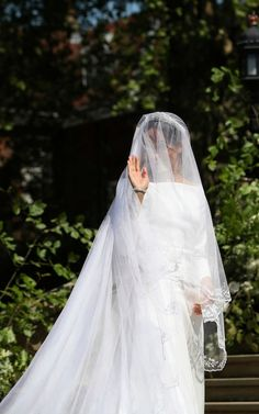 Meghan Markle Photos - Meghan Markle arrives at St George's Chapel at Windsor Castle for her wedding to Prince Harry on May 2018 in Windsor, England. Harry And Meghan Wedding, Harry Wedding, Prince Harry And Megan, Wedding Bride, Wedding Bouquet, Wedding Ceremony, Wedding Stuff, Wedding Cakes, Dream Wedding