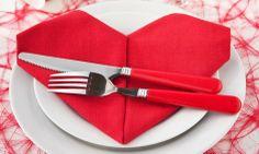 Sydämenmuotoiseksi taiteltu servietti sopii täydellisesti ystävänpäivään.