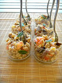 Farro salad with tomtoes, tuna and olives. Try also Farro with pesto and tomatoes, cut in small pieces - just delicious! I Love Food, Good Food, Yummy Food, Antipasto, Amouse Bouche, Carpaccio, Party Finger Foods, Cooking Recipes, Healthy Recipes